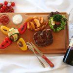 Stake mit Grillgemüse - Ofenkartoffeln und Wein