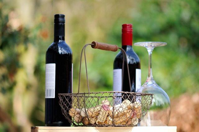 Weinflaschen und Korb mit Korken