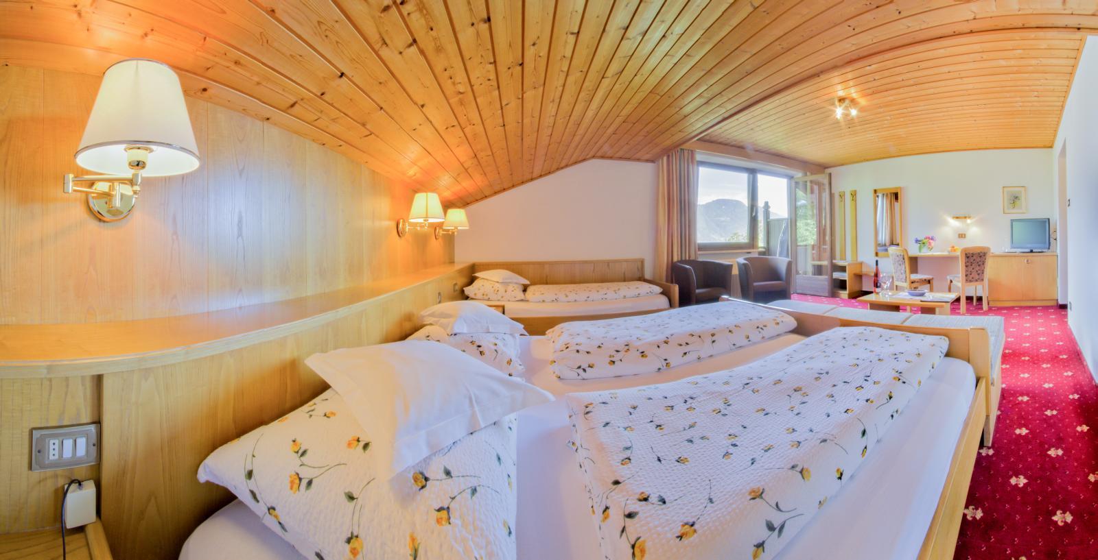 Pension Lafod - Dreibettzimmer mit Balkon und Schreibtisch