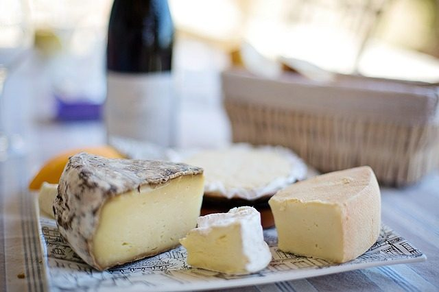 Käseteller mit Wein und Brot